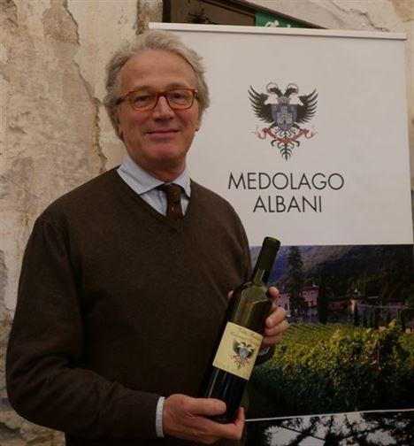 Emanuele Medolago Albani avec son Cabernet Sauvignon 2010, qui a triplement conquis les juges